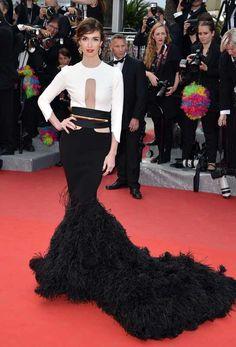 Espectacular vestido bicolor de #StéphaneRolland, con pronunciado escote frontal, manga francesa y corte sirena, con bajo de plumas de marabú.