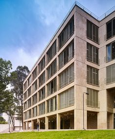 Revista AXXIS | Arquitectura, Diseño y Decoración Hunter Douglas, Multi Story Building, Urban, Facades, Education, Interior, Architects, Buildings, University