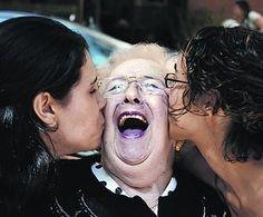 Besos contra la soledad. Una muestra plasma en imágenes la trayectoria de esta oenegé que lucha contra la soledad de las personas mayores con compañía, atención y ternura.