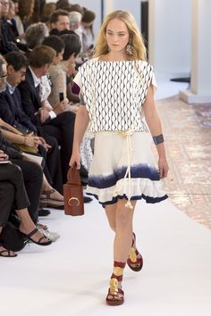 Nadire Atas on Chloe Ready to Wear Chloé Spring 2019 Ready-to-Wear Fashion Show Collection Fashion Week, Skirt Fashion, 90s Fashion, Fashion Looks, Fashion Outfits, Runway Fashion, Vogue Paris, Chloe, Fashion Show Collection