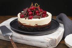 O reinterpretare a unui Foret Noire cu blat cu cacao, trufa de ciocolată, vișine și mousse de ciocolată albă. Baking Recipes, Cake Recipes, Dessert Recipes, Crazy Cakes, Just Cakes, Sweet Cakes, Chocolate Desserts, Pavlova, No Bake Cake