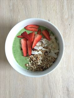 Smoothiebowl with spinach, Greenkale, kefir, banana, Greens from bodylab  toppings are strawberry, coconut og müsli ☺☀️