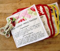 Hello there! Welcome to day two of my 12 Days of Handmade Gifts. Today I am going to show you how to make these fun recipe pot holders. I love hot pads, but mine are getting pretty nasty, so I thought … Continued Craft Gifts, Diy Gifts, Sewing Hacks, Sewing Crafts, Sewing Tutorials, Sewing Projects For Beginners, Free Sewing, Fabric Scraps, Homemade Gifts