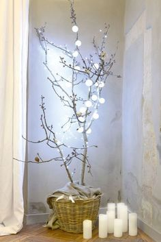 A DIY Christmas tree to make with tree branches The small attention to the absolute most intimate party of the entire year Eieiei, the Christmas par Decoration Branches, Tree Branch Decor, Xmas Decorations, Decoration Vitrine, Christmas Tree Branches, Before And After Diy, Trendy Tree, Diy Weihnachten, Party