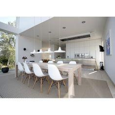 White interior - wit is heel mooi, maar de combinatie van de tapijt, houten poten van de stoelen + tafel maakt het toch warmer. Noodzakelijk denk ik! / kitchen / cocina
