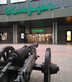 """La pieza de artillería """"Rayo"""", junto a su compañero """"Tigre"""" (que en estos momentos está siendo restaurado en los talleres municipales) y la fuente que tienen a sus espaldas, conmemoran el lugar donde se encontraba el Reducto del Pilar"""
