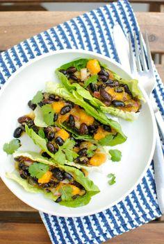 Tacos de feijão preto e manga