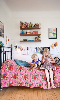 lovely kids bedroom- love the hanging art display, the shelves and the quilt #KidBedrooms