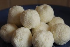 Raffaello golyó diétásan | Sütivár Krispie Treats, Rice Krispies, Naan, Paleo, Dairy, Cheese, Food, Mascarpone, Raffaello