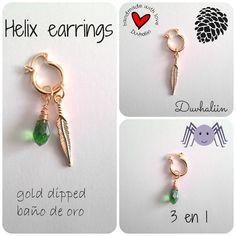 Helix earring 3 en 1, arete para perforación de cartílago con dije de pluma en baño de oro y gota de cristal color verde. Made by BM