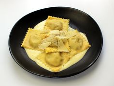 Ravioli mit Paradeiser-Brotfüllung Ravioli Sauce, Apple Pie, Vegan, Desserts, Food, Bread Soup, Pasta Meals, Homemade, Easy Meals