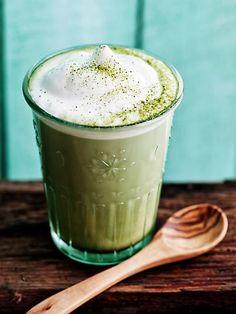 Matcha Latte: Wirkung ✓ Geschmack ✓ Die 3 besten Rezepte ✓ Schnell & einfach zu Hause selber machen ✓ – Alle Infos zum Trend-Getränk hier anschauen »