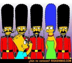 Marge Simpson camuflada entre la Guardia Real Inglesa | Risa Sin Más