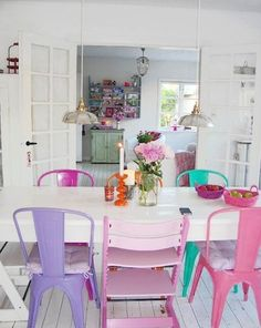 Colorful Tolix chairs paired with a Tripp Trap by Danish blogger Mor Til Mernee