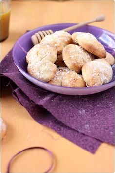 Petits biscuits au citron, miel et huile solive 1 oeuf, zeste 1/2 orange, 5cl jus citron, 3cl huile d'olive, 180g farine, 80g miel, 1cc levure chimique - 180° 15'