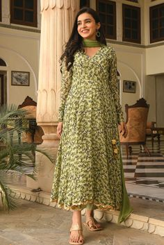 Frock Fashion, Indian Fashion Dresses, Dress Indian Style, Indian Outfits, Pakistani Fashion Casual, Indian Look, Indian Dresses Traditional, Traditional Outfits, Stylish Dresses For Girls
