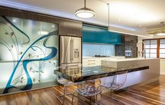 Renovierte Küche mit moderne transparente Stühle