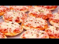 How to quickly and easily cook very simple and tasty mini pizza from simple ingredients? He handles it anyone without cooking skills! The best recipes from around the world. Recipes for all occasions. Mini Pizzas, Como Fazer Mini Pizza, Receita Mini Pizza, Fish Dishes, Main Dishes, Pizza Legal, Good Pizza, Finger Foods, Pesto