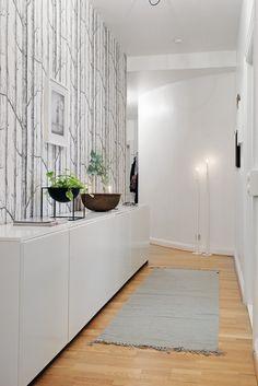 Kunne vært kult og tapetsert eller malt den ene veggen der som døren til gjesterommet og soverommet vårt er...!