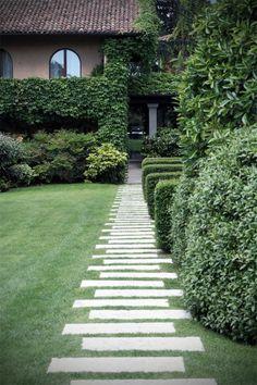 gravier allée en grands dalles d'extérieur, jolie pelouse verte devant la maison