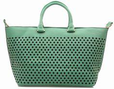 Be exclusive - duża i pojemna torba damska. Model typu 2w1 - za pomocą metalowego karabińczyka możemy spiąć górne brzegi torby, zmieniając tym samym jej kształt i fason.