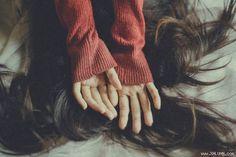 Quá lâu rồi em không còn khóc vì yêu ai    Em đã từng nghĩ những đêm mưa khi vừa chia tay người cũ là những đêm buồn nhất khi tiếng mưa trộn với tiếng ký ức xào xạc chà xát lại những ngày chưa lãng quên.  Ảnh minh họa  Nhưng đêm nay khi nằm giữa tiếng đồng hồ nhích từng phút ôm một trái tim phẳng lặng và bình thản với mọi thứ em lại thấy buồn vì lâu quá rồi chẳng khóc vì yêu ai. Và rồi em nghĩ yêu một người mà không được đáp lại thương một người nhưng cũng tới lúc phải chối bỏ phủ nhận lẫn…