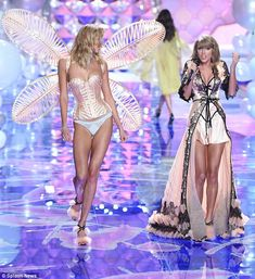 Taylor Swift and Karlie Kloss took their show on the road as the duo hit the catwalk in matching black lingerie for the annual event in London on Tuesday night. Karlie Kloss Taylor Swift, Taylor Swift Hot, Vs Fashion Shows, Fashion Tips For Women, Victoria Secret Angels, Victoria Secret Fashion Show, Victoria's Secret, Taylor Swift Pictures, Vs Models