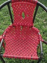 Basically a macramé chair. Free tutorial with pictures on how to make a chair in 5 steps by knotting with time and rope. How To posted by Difficulty: Cost: Absolutley free. Macrame Art, Macrame Projects, Micro Macrame, Chair Repair, Macrame Chairs, Woven Chair, Lawn Chairs, Garden Chairs, Room Chairs