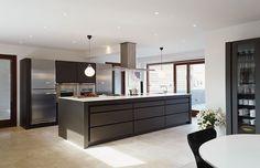 KØKKEN - Stål og sort i skøn forening Kitchen Ideas, Kitchen Design, Sort, Table, Furniture, Home Decor, Lily, Decoration Home, Design Of Kitchen