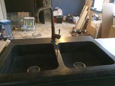 keuken in aanbouw, natuursteen dubbele spoelbakken met neus in zwart