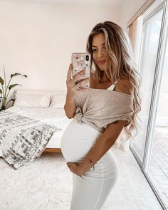 It is quite natural for a pregnant woman to be full of curiosity regarding her soon-to-be-born baby. How will the baby look? Casual Maternity Outfits, Stylish Maternity, Maternity Wear, Maternity Clothes Spring, Cute Maternity Style, Nude Outfits, Maternity Clothing, Maternity Dresses, Estilo Baby Bump