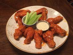 Receta de Buffalo Wings: las alitas de pollo picantes de USA Pollo Buffalo, Buffalo Wings, Kfc, Chicken Wings, Sausage, Dips, Food And Drink, Meat, Cooking