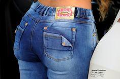 Jeans PREMIUM Colombiano Levanta cola (push-up), tela stretch lavada, color azul cielo desgastato, bota pitillo, detalles en herrajes dorados, bolsillos ...