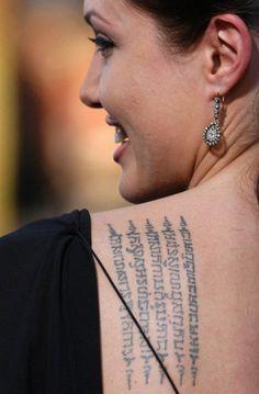 Frasi per tatuaggi di Angelina Jolie sulla spalla....Famosissimi sono ormai i tatuaggi con ideogrammi orientali di Angelina Jolie.