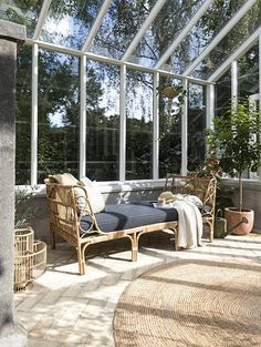 De 4 fedeste stilarter, du skal satse på i dit uderum denne Outdoor Rooms, Outdoor Living, Outdoor Decor, Swansea, Glass House, Future House, New Homes, Home And Garden, Backyard