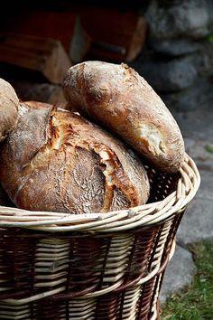 Mit dem neuen Jahr ist es vielleicht auch Zeit, Neues auszuprobieren. Die hohe Kunst des Brotbackens ist die Arbeit mit Sauerteig. Warum also nicht einmal ein bisschen Mut sammeln so früh im Jahr und sich an Weizensauerteig wagen? Dieses Brot ist ein Knüller. Es wird nur mit Weizensauerteig getrieben, hat eine fluffige Krume mit ganz milder Weiterlesen...