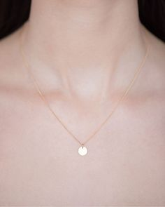 Day LOOK at this little gold tag,on the finest of gold chains. Gorgeous - and engraving is free! So modern and chic. Calendar 2014, Advent Calendar, Gold Chains, Initials, Pearl Necklace, That Look, Jewels, Chic, Modern