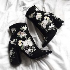 The must-have footwear: Embroidered boots Crazy Shoes, Me Too Shoes, Bota Over, Shoe Boots, Shoes Heels, Dress Boots, Prom Shoes, Gucci Shoes, Stiletto Heels