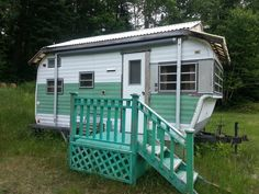 Green with porch. Tiny Trailers & Vintage Campers / Caravans <O> Retro Caravan, Camper Caravan, Camper Life, Camper Trailers, Tiny Trailers, Vintage Rv, Vintage Caravans, Vintage Travel Trailers, Old Campers