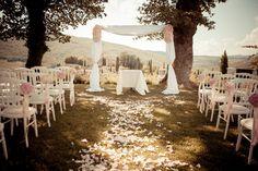 Tuscan wedding under the stars - the destination wedding blo Wedding Altars, Wedding Ceremony, Wedding Venues, Wedding Blog, Destination Wedding, Wedding Ideas, Wedding Inspiration, Allure Homme Sport, Wedding Bouquets
