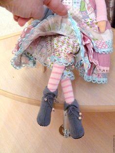 Купить или заказать Кукла тильда Лада в интернет-магазине на Ярмарке Мастеров. Кукла сделана по мотивам куклы тильда . Волосы из локонов козочки.Платье сшито х/б тканей пр-ва Германии. Кукла сидит самостоятельно, стоит на подставке. Возможен повтор в другом цвете.