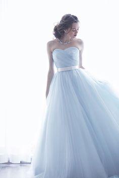 カラードレスNo. DBC-054 -上級者オシャレを引き立てるホリゾンブルーのカラードレス。スモーキーカラーで透明感たっぷりのミューズを実現。