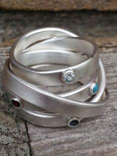 Idylliz; Zilveren gematteerde ring met geboortestenen.