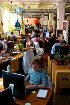 Kantoor - Identiteit  Medewerkers Etsy mogen voor $100,- bij Etsy spullen kopen om eigen werkplek mee aan te kleden