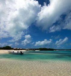 El Cayo Crasquí se caracteriza por la pureza y belleza de sus playas, siendo parte de Los Roques, donde se pueden practicar diversos deportes acuáticos como el kayak, vela y windsurf Venezuela