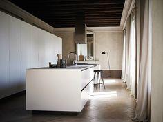 Fitted kitchen with island MAXIMA 2.2 - COMPOSITION 1 by Cesar Arredamenti | design Gian Vittorio Plazzogna