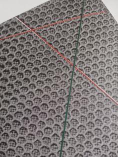 El tul es un tejido muy abierto que forma unas celdillas como en un panal de abejas. Este tejido se puede bordar.          El tul tiene ...