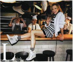 Magdalena Popławska w kurtce bomber w sesji magazynu HOT Moda