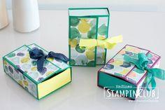 Eine Videoanleitung der Naschbox Verpackung mit Stampin' Up! Produkten, u. a. dem Designerpapier Bunte Vielfalt und dem neuen Geschenkband.