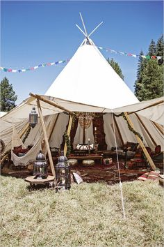 Outdoor Wedding That Will Give You Coachella Vibes Be still our boho hearts! This festival inspired wedding gives us all the feels. Set in a secluded meadow near Yosemite National Park… - Camp Wedding, Tent Wedding, Boho Wedding, Dream Wedding, Wedding Backyard, Wedding Lounge, Wedding Music, Glamorous Wedding, Wedding Set